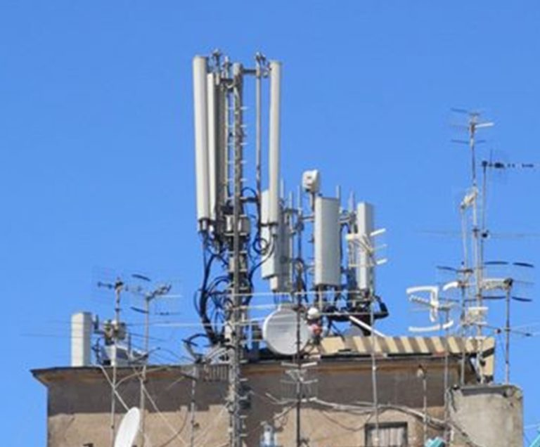 """L'antenna-mostro 5G spunta sul terrazzo. È protesta al Rione Sanità : """"Quei ripetitori sono pericolosi"""""""