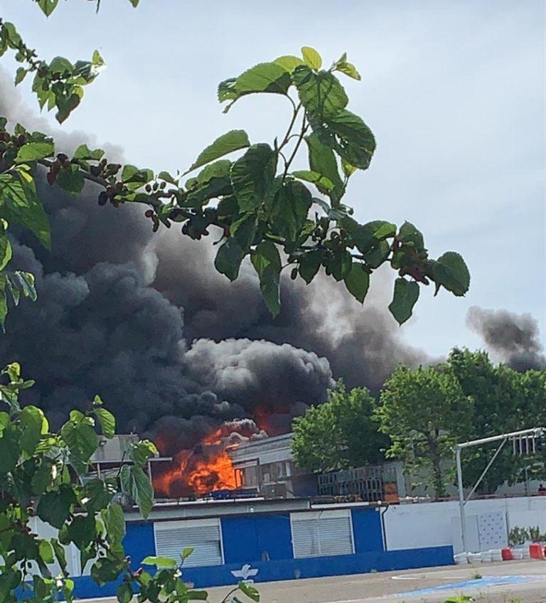 Fabbrica di materiale plastico va a fuoco. Tragedia a Ottaviano: morto un 55enne, ci sono anche due feriti gravi