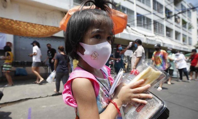 Campania, scatta l'obbligo di indossare la mascherina. Presto la Regione le fornirà anche ai bambini