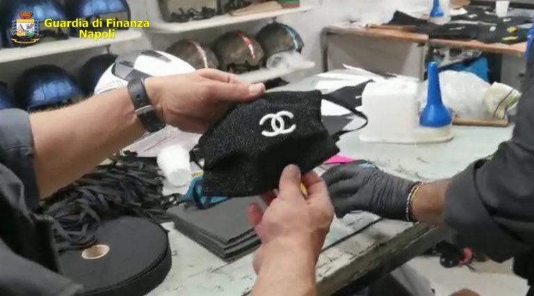 Al rione Forcella una fabbrica abusiva di mascherine con loghi contraffatti