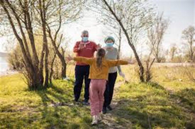 """I pediatri: """"Incontrare i nonni solo indossando mascherine e a distanza di un metro"""""""