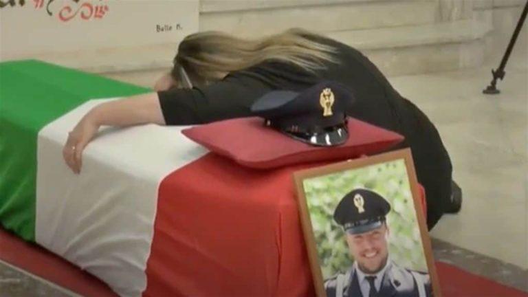 L'addio tra le lacrime a Pasquale Apicella, l'agente scelto morto mentre svolgeva il proprio dovere