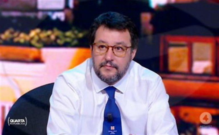 """De Luca : """"Salvini va in giro per farsi guardare gli occhiali nuovi il cui colore è pannolino di bimbo"""""""