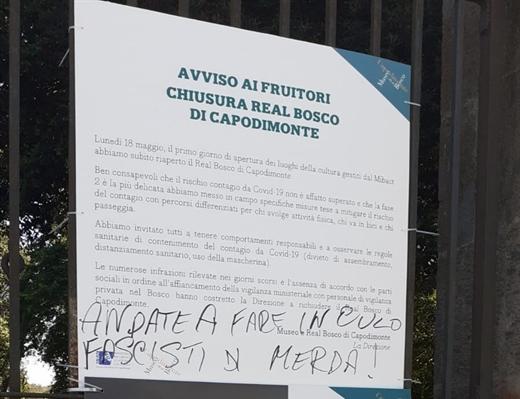 """Museo e Real Bosco di Capodimonte, il flash mob e le scritte shock : """"Andate a fare in culo fascisti di merda"""""""