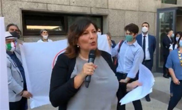 """Proposta indecente della  Ciarambino: """"Ci prova con DeMa"""""""