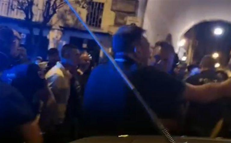 Un giovane sprovvisto di documento in piazza Bellini, scatta il 'blitz della polizia'. Attesa davanti alla Caserma Raniero
