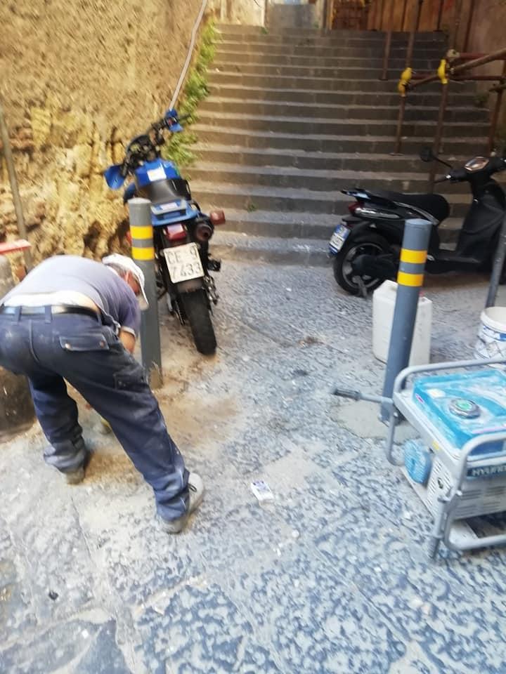 Scatta la bonifica dei vicoli del Centro storico di Napoli: via paletti, piante e cancelli abusivi