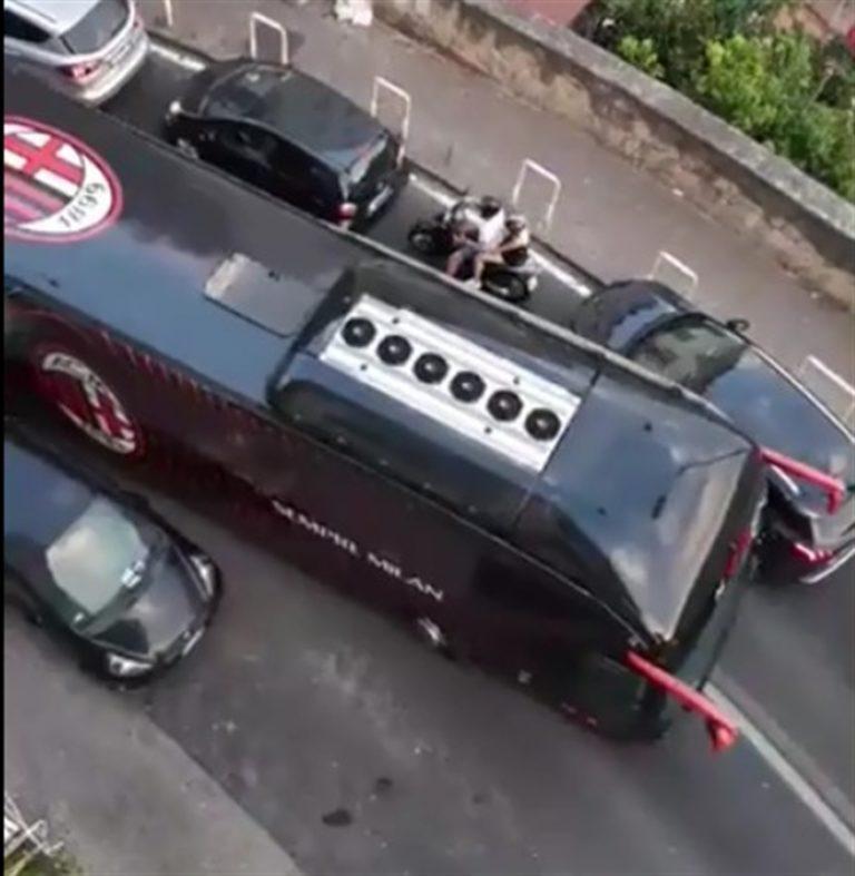 L'autobus del Milan bloccato in mezzo al traffico: automobilisti e centauri s'improvvisano vigili urbani