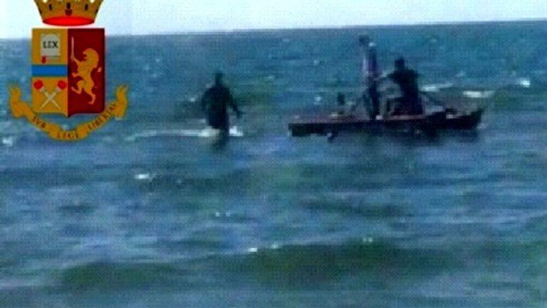 Latitante si tuffa e scappa a nuoto ma la polizia l'insegue con un pattino: arrestato