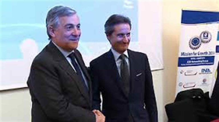 Tajani, tira in ballo Totò e Troisi per dire che De Luca è un comico