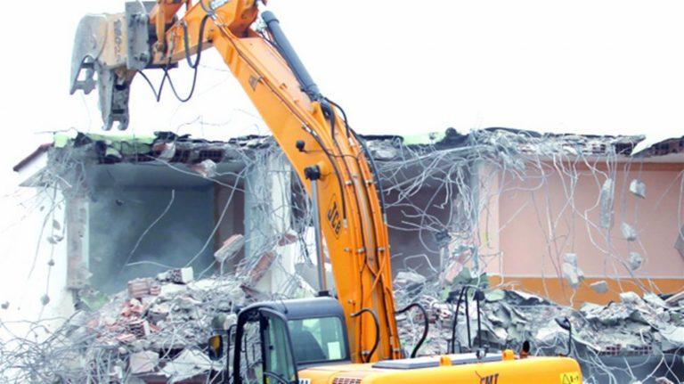 Le ruspe abbattono l'ex villa bunker del clan dei Moccia