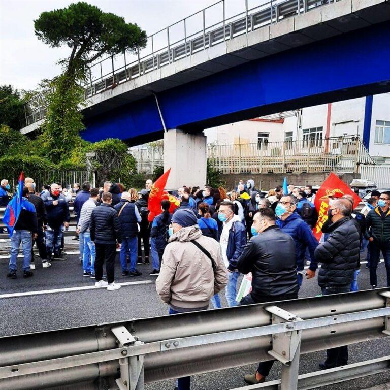 """Whirlpool, s'infiamma la protesta: bloccata raccordo dell'autostrada. """"Subito un tavolo con il premier Conte"""""""