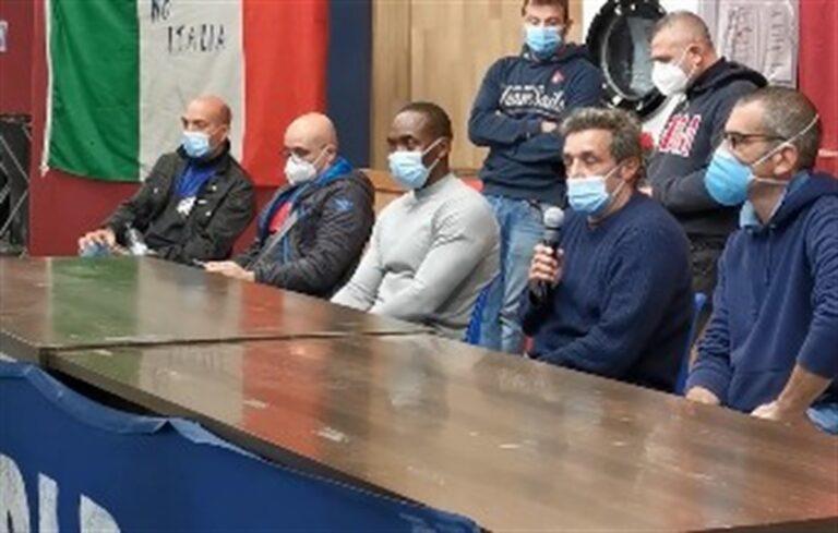 """Vertenza Whirlpool, Flavio Insinna e Aboubakar  Soumahoro incontrano i lavoratori e annunciano: """"Pronti al sacco a pelo per difendere lo stabilimento"""""""