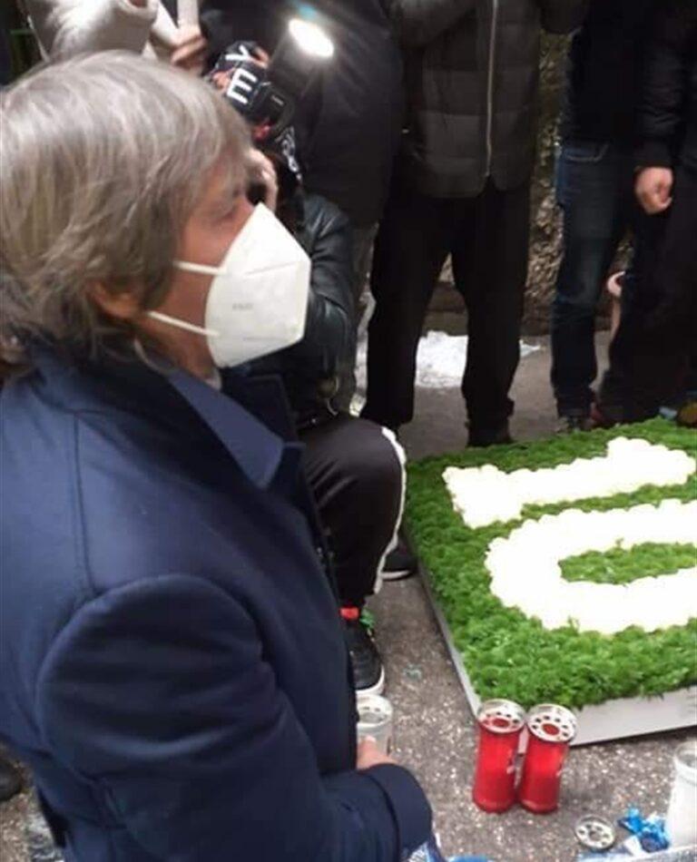 Conti s'inchina ai piedi di Maradona e depone un mazzo di fiori