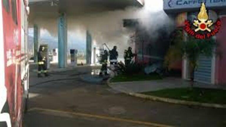 """Ordigno fa esplode e incendiare distributore di carburante: """"È stato il racket"""""""