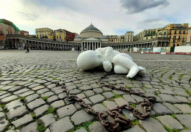 """Opera schock in Piazza del Plebiscito. La provocazione dello scultore Jago: """"Guardare verso il basso"""""""