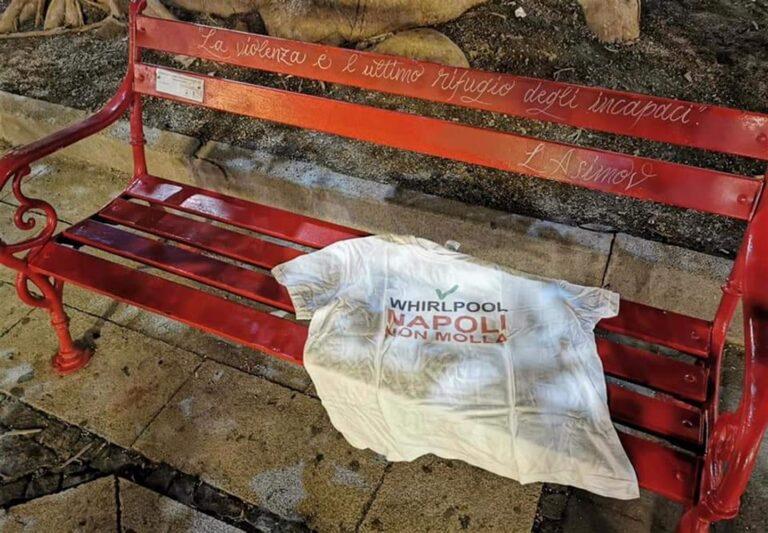 Whirlpool contro la violenza sulle donne: maglietta bianca con la scritta 'Napoli non molla'