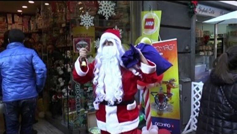 Babbo Natale dona giocattoli ai bimbi dei quatieri di Napoli con l'associazione Asso.Gio.Ca, i carabinieri e artisti partenopei