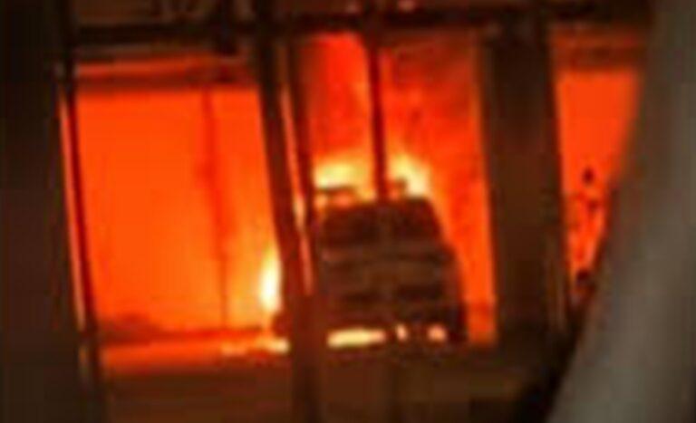Acerra, attacco alla polizia municipale: incendiate due auto. La Regione acquisterà i nuovi mezzi e li donerà al Comune