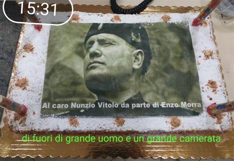 Funzionario va in pensione e il consigliere della IV Municipalità organizza torta a sorpresa con il volto di Benito Mussolini nella sede istituzionale con tanto di dedica