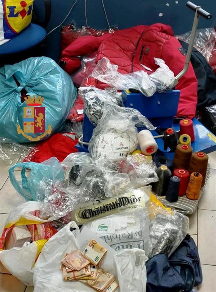 Sequestrati abiti contraffatti