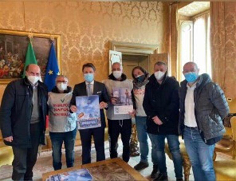 Delegazione Whirlpool consegna calendario a Conte