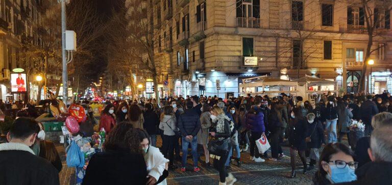 Folla e assembramenti in strada: Il Covid non ha insegnato nulla