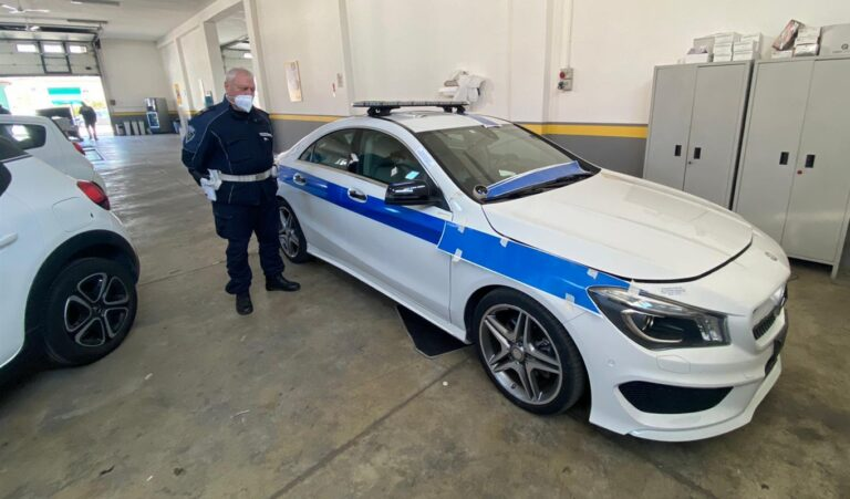 """La Mercedes confiscata al camorrista assegnata alla polizia municipale di Pomigliano. Il comandante Maiello: """"Un segnale forte di legalità"""""""