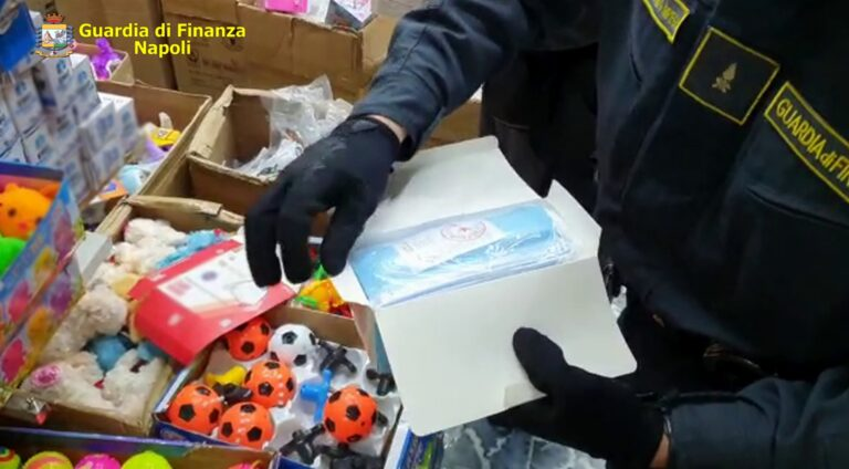 Contraffazione, scatta maxi sequestro a Napoli di capi di abbigliamento, mascherine e prodotti elettrici non sicuri