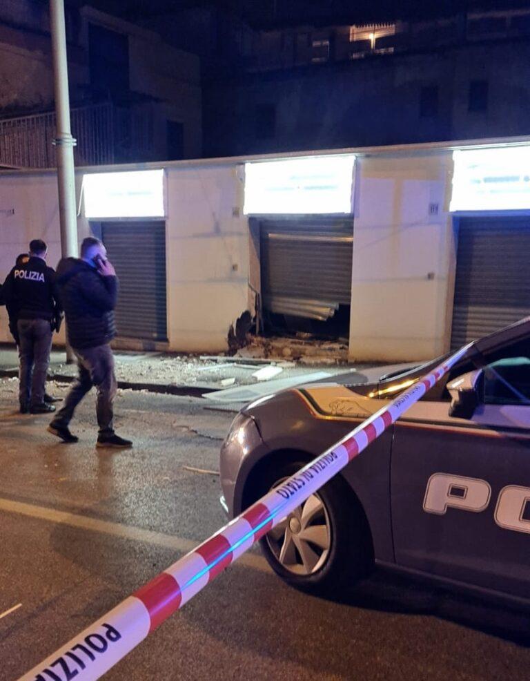 Bomba esplode ai Colli Aminei, danneggiata attività commerciale