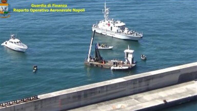 Coltivazioni di cozze abusive nello specchio d'acqua del Golfo di Napoli
