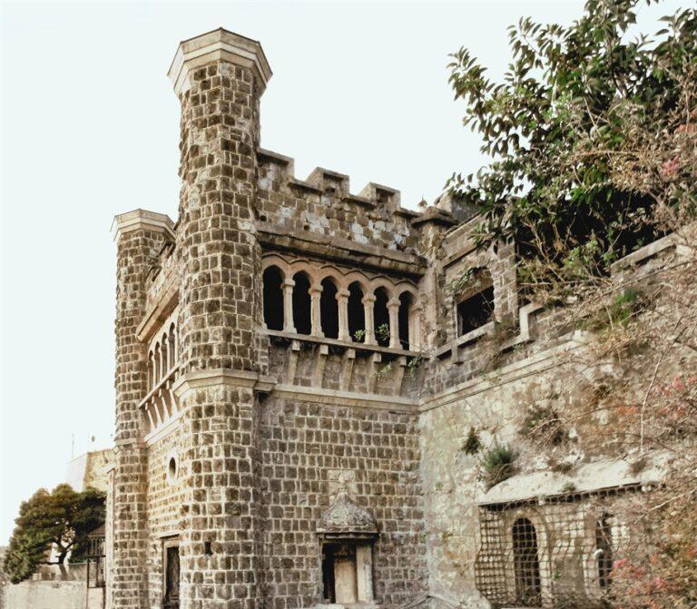 I carabiniei mettono i sigilli a Villa Ebe e al cimitero dei Colerosi