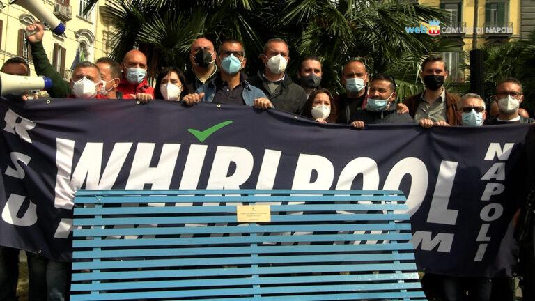 Operai della Whirlpool installao la panchina blu per i lavoratori in difficoltà