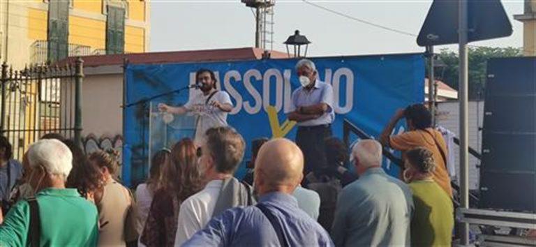 Whirlpool, lavoratore sul palco con il candidato sindaco Bassolino