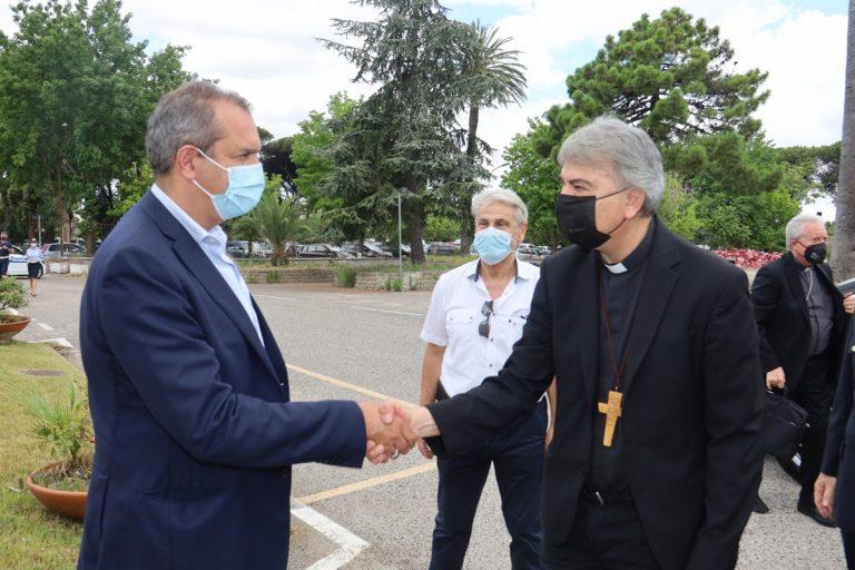 """L'arcivescovo Battaglia benedice  la restaurata """"Grotta"""" della Madonna di Lourdes e la Cappella del Comando della polizia municipale. Don Enzo Papa è il nuovo cappellano"""