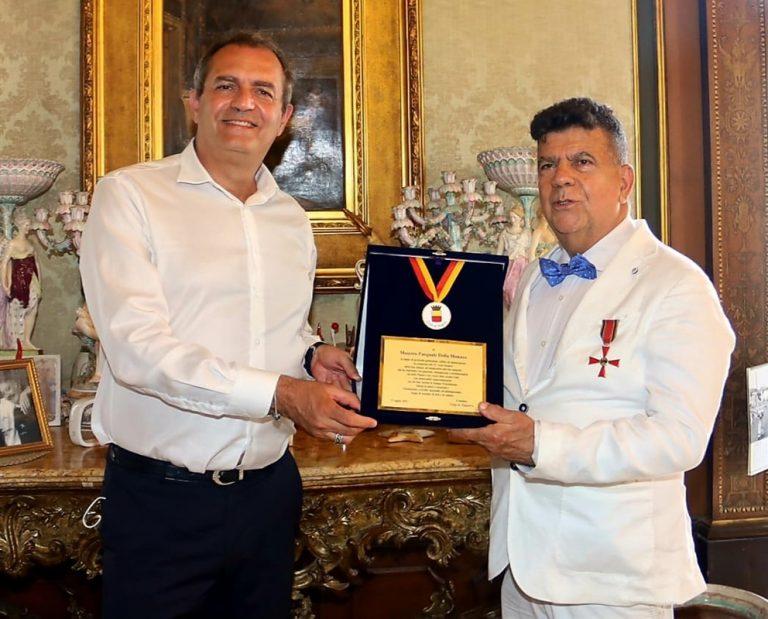 Il sindaco de Magistris premia l'artista Pasquale Della Monaco