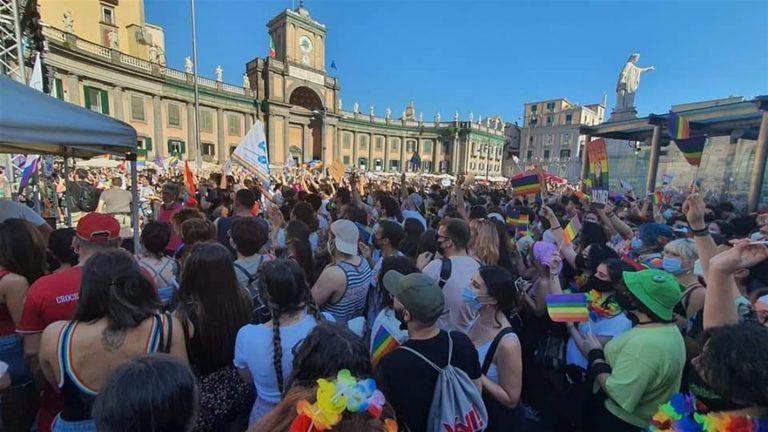 Pride, la festa dell'arcobaleno invade piazza Dante