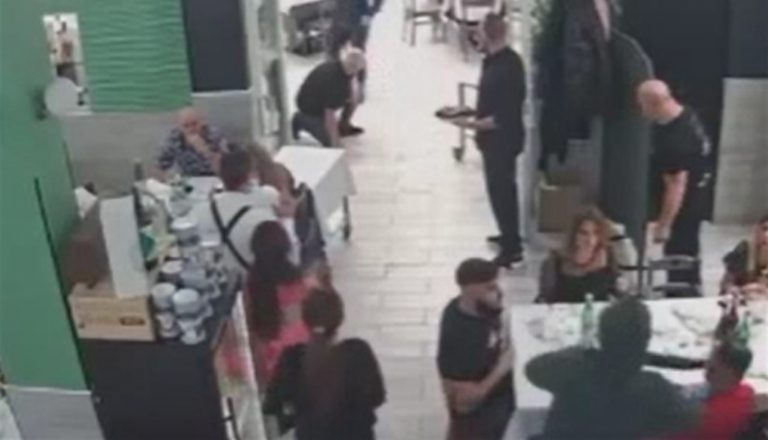 Assaltano ristorante, armati di Kalashnikov e fucile. Scene di terrore davanti ai  bambini