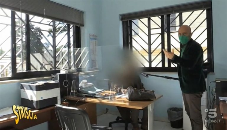 Si spoglia in video durante orario lavoro, sospesa l'impiegata